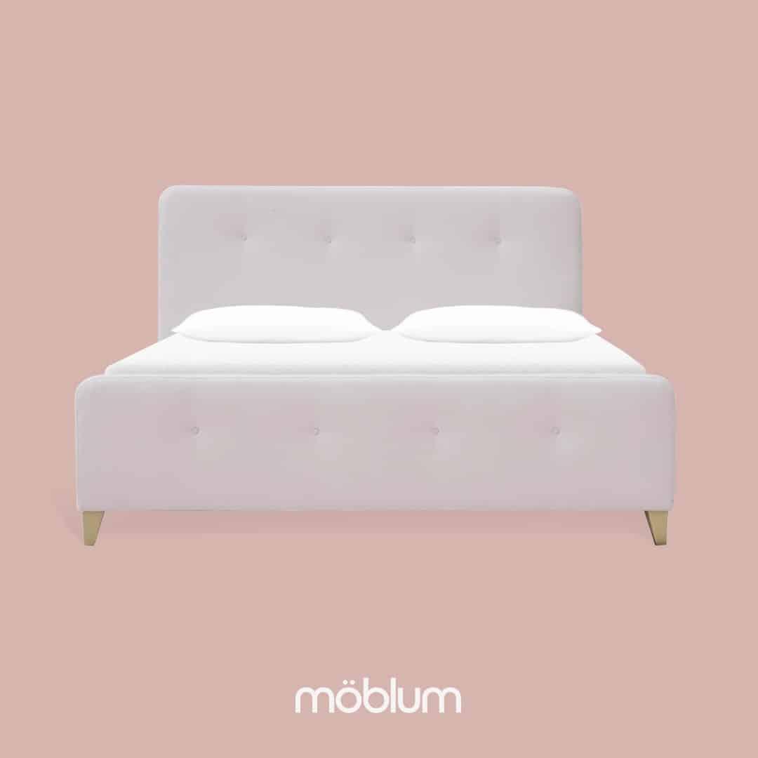 Rosa en el dormitorio, cama